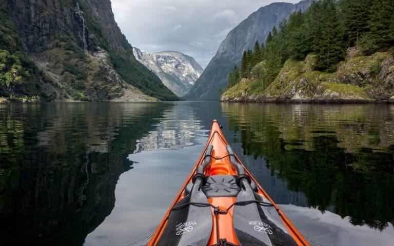 Imagini senzaționale cu fiordurile Norvegiei surprinse dintr-un caiac